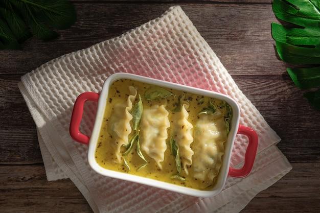 Fusionsfutter aus grünem curry mit knödeln. grünes curry (kaeng kheiyw hwan) mit thailändischem essen