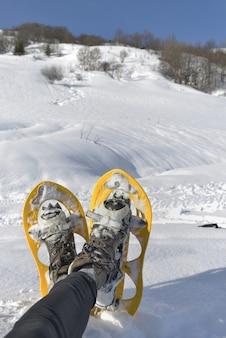 Fuß der frau mit schneeschuhen
