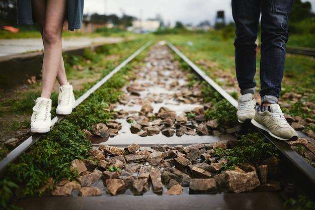 Fuß entlang der eisenbahn