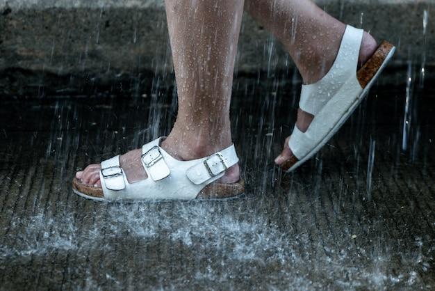 Fuß mit lederschuh an regnerischem tag