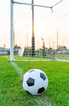 Fußball auf dem fußballplatzhintergrund mit kopienraum