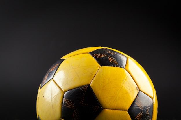 Fußball auf dem grünen feld