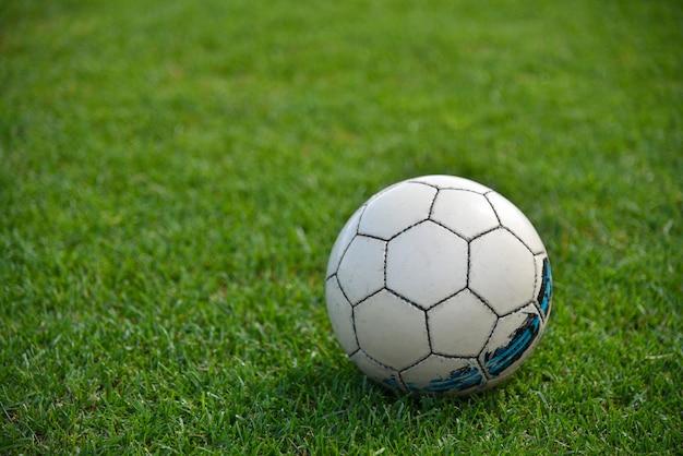 Fußball auf dem grünen rasen eines fußballplatzes