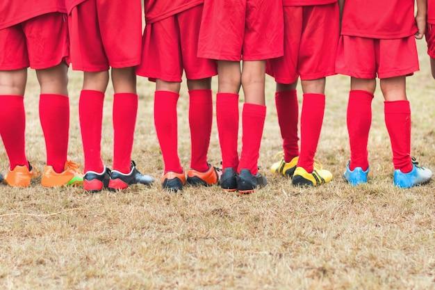 Fußball-fußballteam des beines kleiner junge