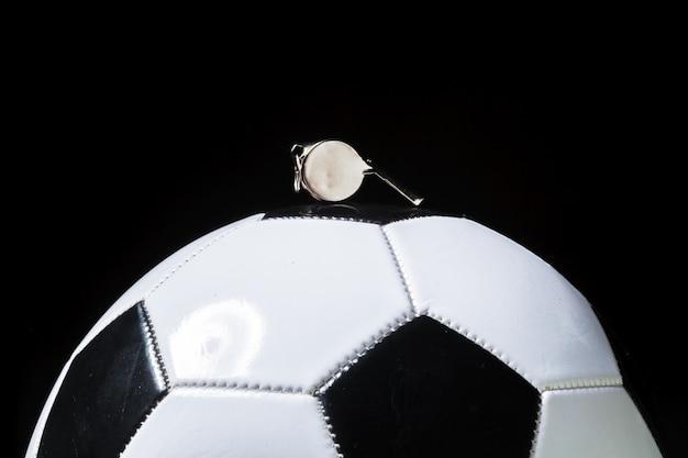 Fußball mit pfeife