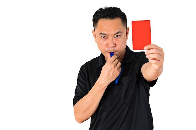 Fußball- oder fußballschiedsrichter, der eine rote karte zeigt