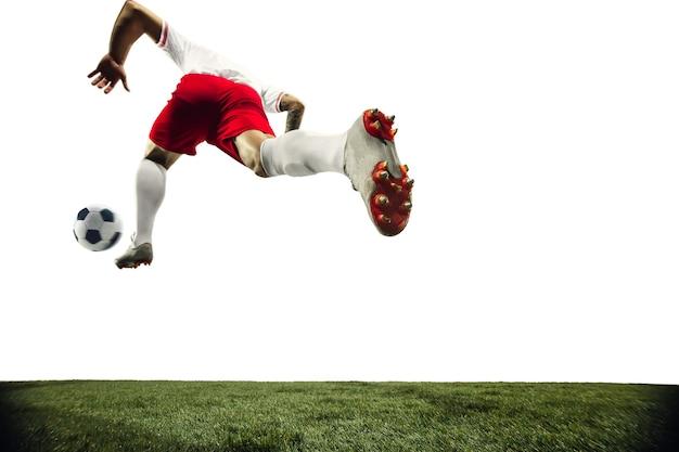 Fußball- oder fußballspieler auf weißem hintergrundbewegungsaktionsaktivitätskonzept