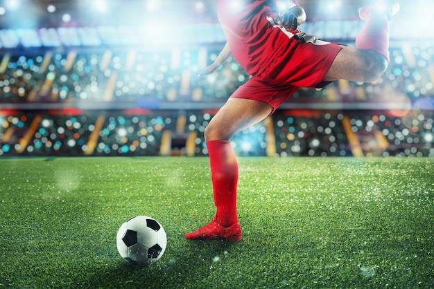 Fußball-szene bei nacht match mit spieler, der den ball mit kraft tritt.