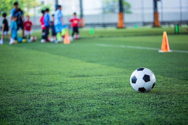 Fußball-taktik-kegel auf rasenfläche mit für trainingshintergrund