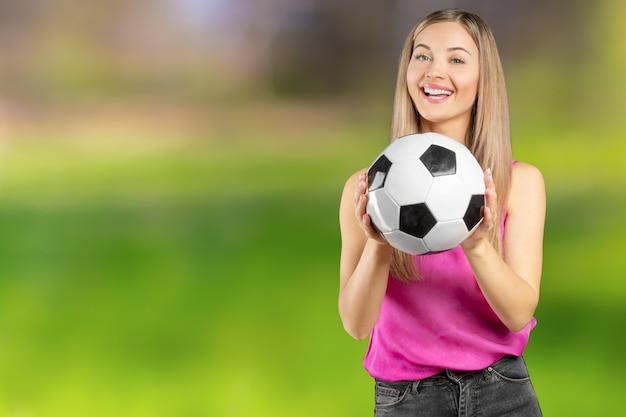 Fußballfan. junge schönheit, die fußball vorbei lokalisiert hält