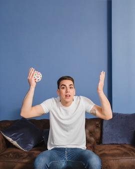 Fußballfan ungläubig auf couch