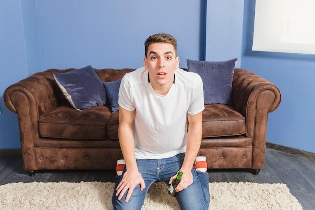 Fußballfan ungläubig vor couch