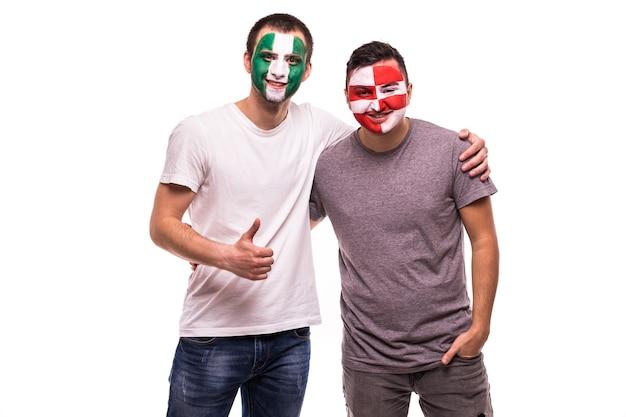 Fußballfans anhänger mit gemaltem gesicht der nationalmannschaften von nigeria und kroatien