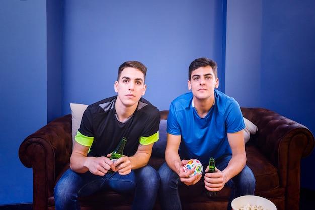 Fußballfans auf der couch