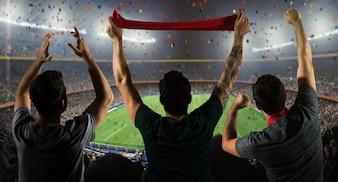Fußballfans im Stadion mit Schal