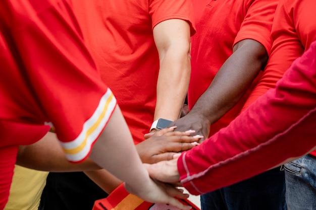 Fußballfans in einem huddle bei einer heckklappenparty