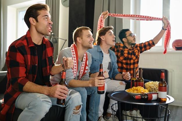 Fußballfans schauen fußballspiel