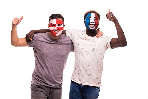 Fußballfansanhänger mit gemaltem gesicht der nationalmannschaften von frankreich und von kroatien lokalisiert auf weißem hintergrund