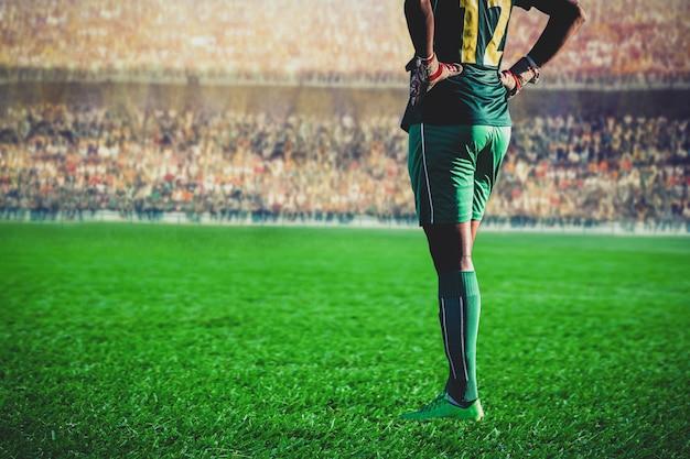 Fußballfußball-torhüter, der im stadion steht