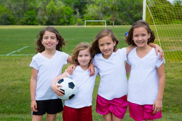 Fußballfußballkindermädchenteam am sport fileld