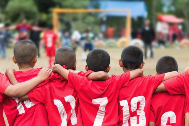 Fußballfußballteam des kleinen jungen