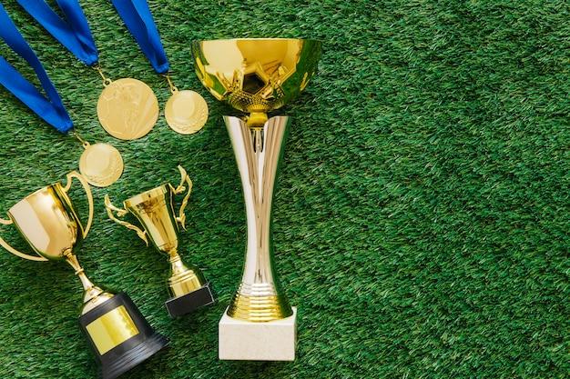 Fußballhintergrund mit goldenen medaillen und trophäen