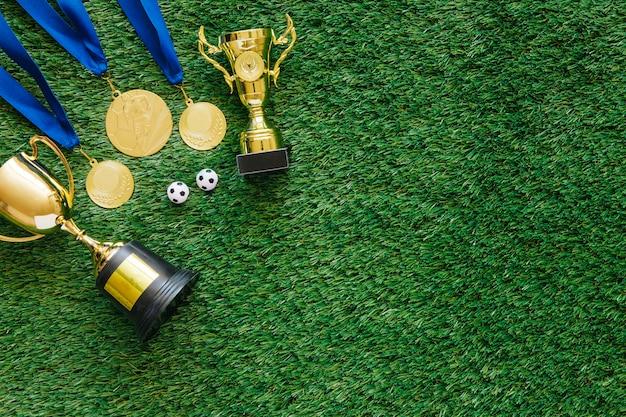 Fußballhintergrund mit medaillen und trophäe