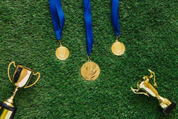 Fußballhintergrund mit medaillen und trophäen