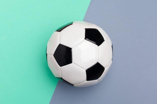 Fußballkugel auf einem farbenhintergrund