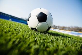 Fußballkugel auf Hintergrund des Himmels