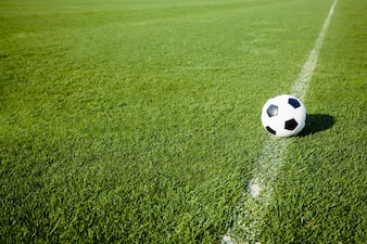 Fußballkugel auf weißer Linie