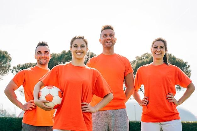Fußballmannschaft vor dem spiel im stadion junge glückliche spieler bereit zum anpfiff