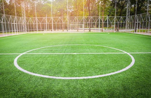 Fußballplatz - futsal-sport des grünen grases des feldes im freien