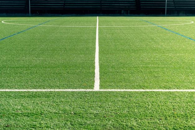 Fußballplatz mit neuem kunstrasenfeld