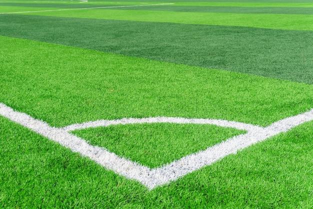 Fußballplatz und bewölkter himmel. grünes feld.