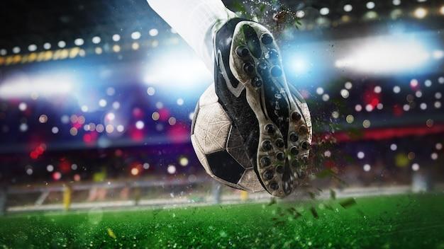 Fußballschuh, der den ball mit kraft trifft