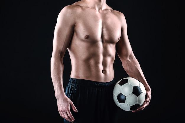Fußballspieler auf schwarzem hintergrund