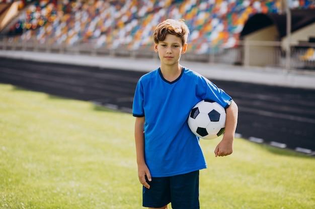 Fußballspieler, der auf dem feld spielt