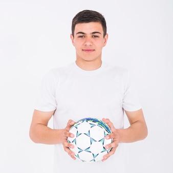 Fußballspieler, der ball hält