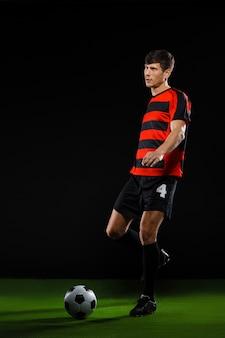 Fußballspieler, der ball tritt, fußball spielt