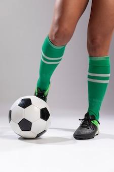 Fußballspieler, der fußball tritt