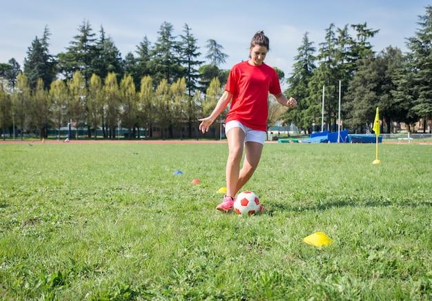 Fußballspieler, die im fußballfeld trainieren