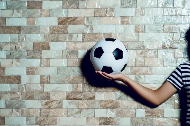 Fußballspieler, fußballkonzept auszuüben und es gibt einen exemplarplatz.