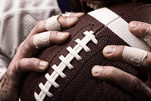 Fußballspieler mit einem ball in den händen, nahaufnahme