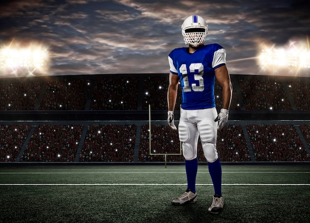 Fußballspieler mit einer blauen uniform auf einem stadion