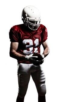 Fußballspieler mit einer roten uniform und einem ball in der hand auf einem weißen feld.