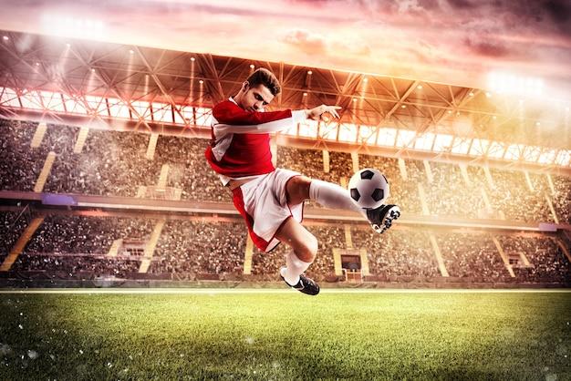 Fußballspieler spielen in einem stadion mit publikum