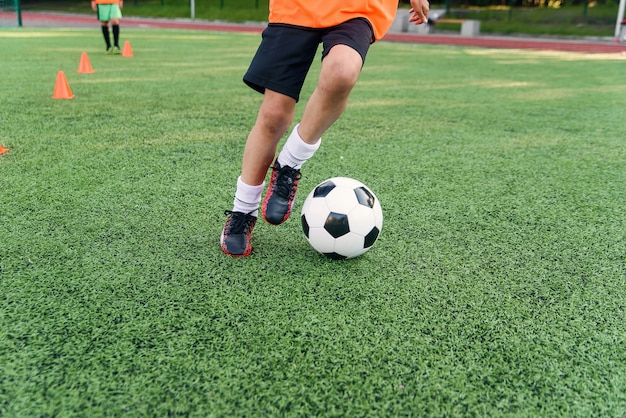 Fußballspieler tritt ball auf feld