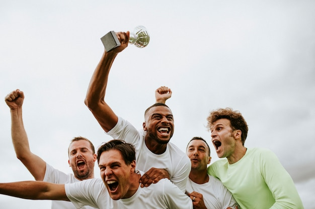 Fußballspielerteam, das ihren sieg feiert