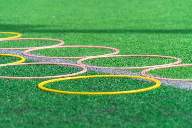 Fußballsport-trainingsgeräte auf grünem fußballtrainingsfeld im freien
